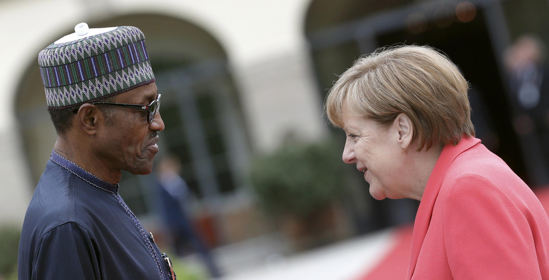 Le président nigérian Muhammadu Buhari est accueilli par la chancelière allemande Angela Merkel, le 8 juin au château d'Elmau.