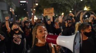 Une deuxième nuit de protestations a eu lieu dans les rues de Louisville, dans le Kentucky, le 24 septembre 2020, pour dénoncer l'absence de suites judiciaires contre les policiers mis en cause dans la mort de Breonna Taylor.