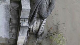 A estátua Zouave é considerada um indicador do nível do rio Sena , quando seus pés estão cobertos medidas de emergências são tomadas. 02 de junho de 2016.