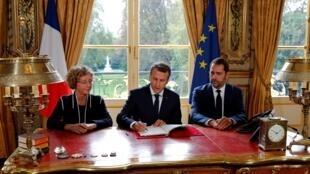 Tổng thống Pháp Emmanuel Macron (giữa) ký các sắc lệnh cải cách luật lao động, ngày 22/09/2017 tại phủ tổng thống Elysée.