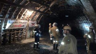 Des mineurs sont photographiés lors de leur manifestation souterraine dans la mine Myslowice-Wesola à Myslowiece, en Pologne, le 23 septembre 2020.