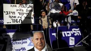 以色列 2019年11月21日 周四 Les soutiens du Premier ministre Benyamin Netanyahu rassemblée devant son domicile après l'annonce de sa mise en examen, le 21 novembre 2019.