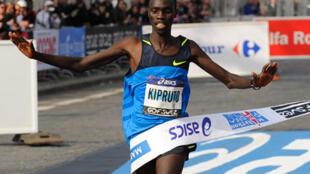 """O queniano Vincent Kipruto venceu a Maratona de Paris de 2009 com o tempo recorde de 2h05'47""""."""