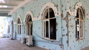 Buracos de tiros na parede de uma mesquita na sede militar onde ocorreu um ataque taliban na semana passada em Mazar-i-Sharif, no norte do Afeganistão, em 25 de abril de 2017.