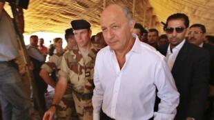 法國外長法比尤斯訪問約旦一處難民營(2012年8月16日)
