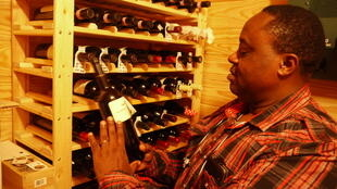 Amateur de vin,Samy Nyambi collectionne les Bordeaux cheval blanc et les Cabernet californiens.