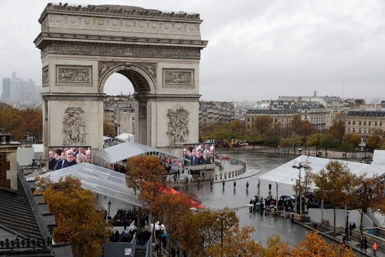 عکس هوایی از طاق پیروزی در خیابان شانزهلیزه پاریس محلی که رهبران جهان شرکتکننده در مراسم بزرگداشت یکصدمین سالگرد پایان جنگ جهانی اول گرد هم آمدهاند.