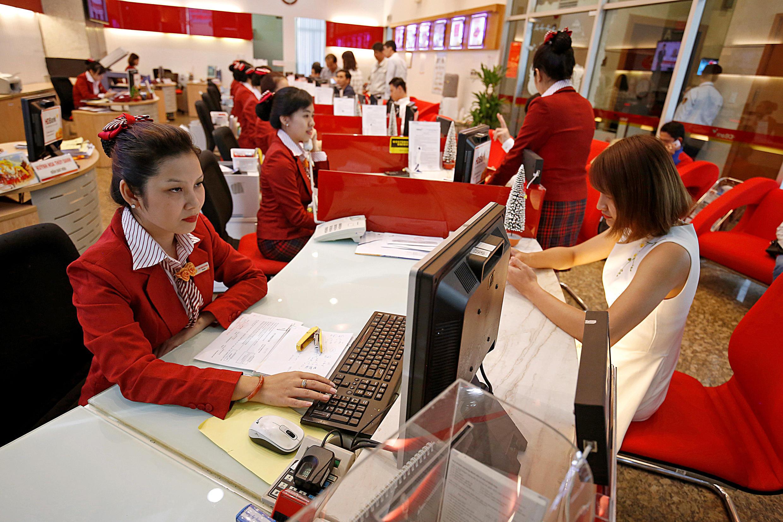 Các nữ nhân viên tại ngân hàng HDBank ở Sài Gòn. Trong tương lai, số phụ nữ ở Việt Nam sẽ ngày càng ít hơn nam giới.