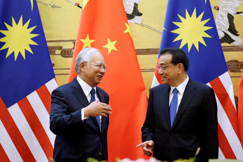 Thủ tướng Malaysia Najib Razak (T) và thủ tướng Trung Quốc Lý Khắc Cường sau buổi ký kết thỏa thuận, ngày 01/11/2016.