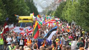 De nombreuses personnes ont pris part à la Gay Pride de Vilnius, en Lituanie, le 17 juin 2016.