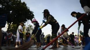 Các tình nguyện viên quét dọn quảng trường Dân chủ