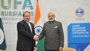 Thủ tướng Ấn Độ Narendra Modi và người đồng cấp Pakistan Nawaz Sharif gặp nhau tại Oufa (Nga), ngày 10/07/2015.