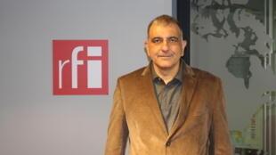 حسین نوشآذر در استودیو بخش فارسی رادیو بینالمللی فرانسه
