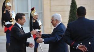 Mahmoud Abbas (D), président de l'Autorité palestinienne, et Nicolas Sarkozy (G), le président français, dans la cour de l'Elysée le 14 octobre 2011.
