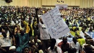 Bamako, 4 avril 2012. Un homme brandit une affiche : «J'ai très très honte, j'ai très très mal, j'ai très très faim».