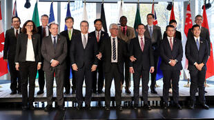 2018年10月25日,加拿大贸易部长与来渥太华参加有关世界贸易组织改革讨论活动的13国部长合影。