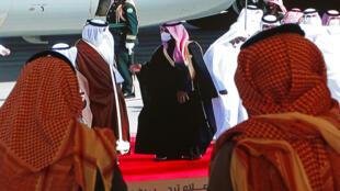 Le prince héritier Mohammed ben Salmane (à dr.) accueille l'émir du Qatar à son arrivée en Arabie saoudite.