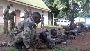 Des éléments des forces armées centrafricaines suivent un entraînement au tir, dispensé par des instructeurs de l'EUTM, au camp Kasaï à Bangui, le 17 septembre 2018.
