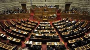 Grecia está inmersa en una crisis política desde el 6 de mayo cuando los partidos favorables a la austeridad no lograron la mayoría para formar un  gobierno. Frente a ellos, la oposición, que va de la extrema derecha a la izquierda radical, está dividida.