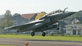 Caça francês Rafale decola de base suíça em 2008.