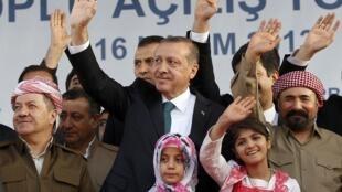 Le Premier ministre turc Recep Tayyip Erdogan (C) a accueilli le leader des Kurdes d'Irak, Massoud Barzani (G) lors d'une fête à laquelle participait également le poète et chanteur kurde Sivan Perwer (D), le 16 novembre 2013.