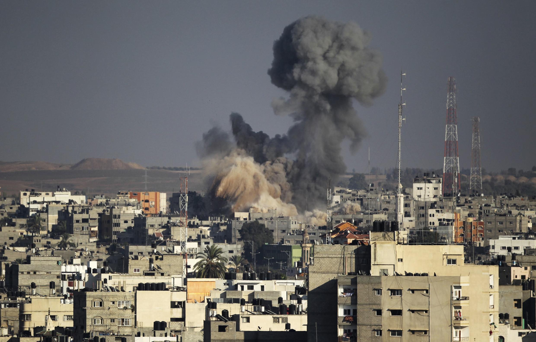 Une explosion, visible à Gaza, le 10 août 2014.