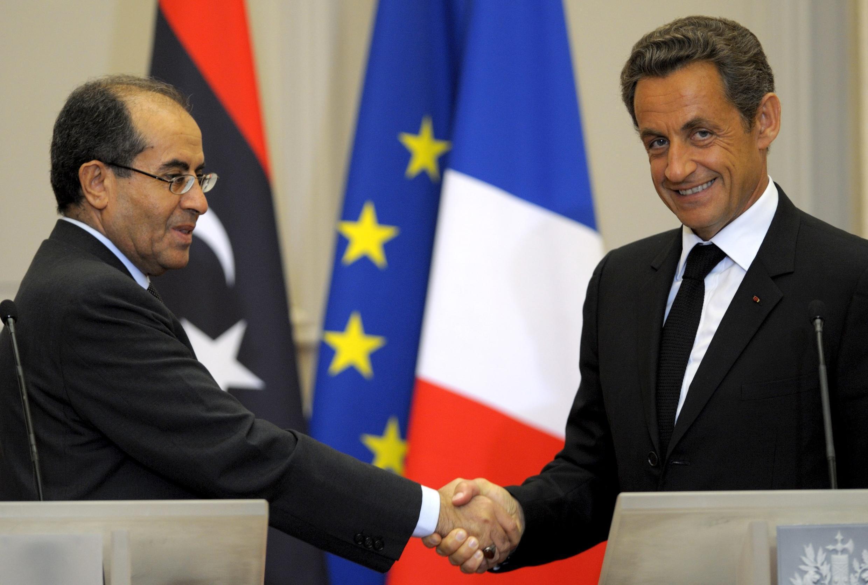 Mahmoud Jibril, número 2 da liderança rebelde na Líbia, cumprimenta Nicolas Sarkozy após coletiva, em Paris.