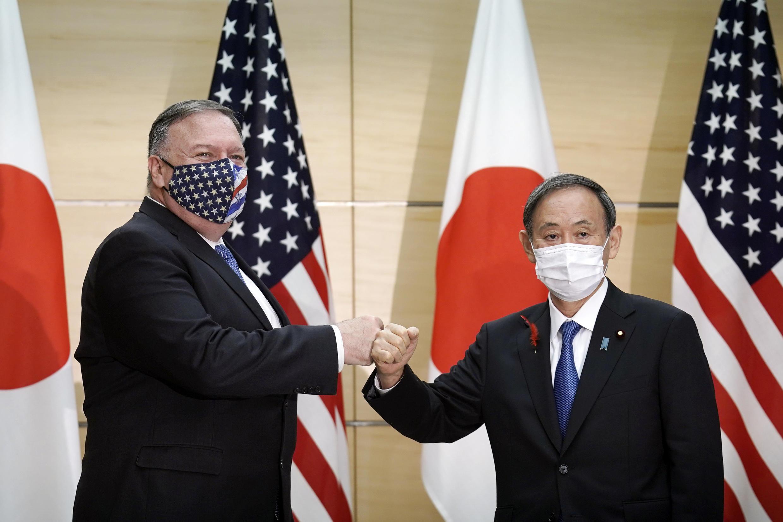 Thủ tướng Nhật Bản Yoshihide Suga (P) tiếp ngoại trưởng Mỹ Mike Pompeo tại văn phòng thủ tướng, ngày 06/10/2020, ở Tokyo, nhân cuộc họp 2+2 Mỹ-Nhật.