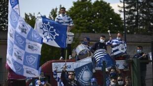 """Des membres du groupe de supporters les """"Amis du rugby"""", le 17 avril 2021 derrière les grilles du stade Pierre-Fabre de Castres"""