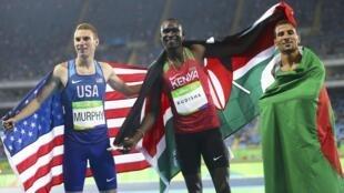 Le Kényan David Rudisha entouré de l'Algérien Taoufik Makhloufi et de l'Américain Clayton Murphy.