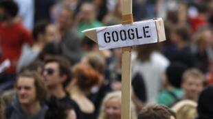 Un Berlinois porte une fausse caméra google lors de la manifestation «La liberté au lieu de la peur» appelant à la protection des données numériques, le 10 septembre 2011