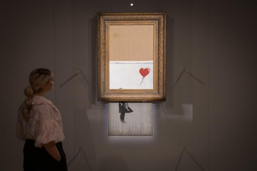 L'œuvre de Banksy La fille au ballon qui s'était auto-détruite en 2018 a été réparée et de nouveaux mise aux enchère sous le nom «L'Amour dans la poubelle».