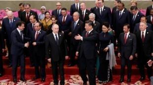 """2019年4月26日第二屆""""一帶一路""""高峰論壇在北京舉行。中國國家主席習近平攜夫人彭麗媛(中)與俄羅斯總統普京等與會領導人合影。"""