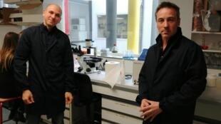 Os pesquisadores Emiliano Ricci e Philippe Mangeot no laboratório do Inserm, em Lyon.