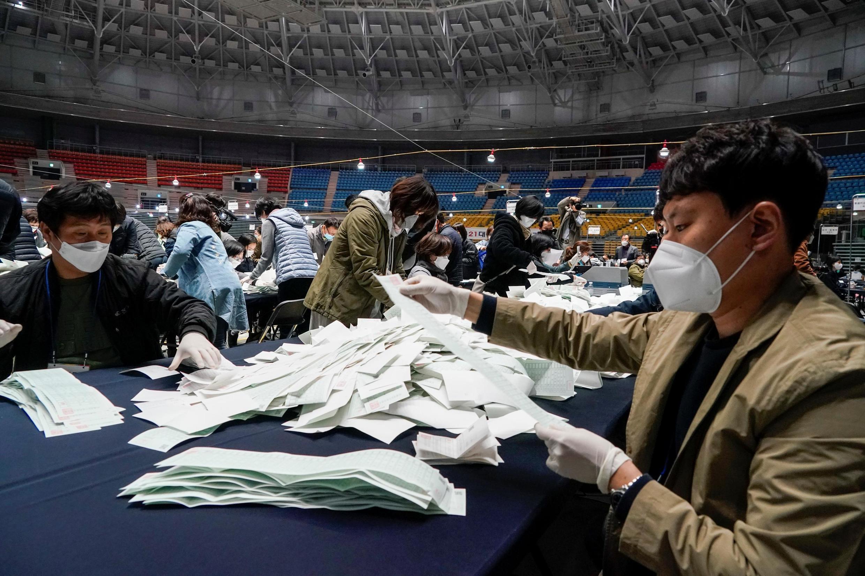 Contagem de votos na Commissão Nacional Eleitoral  em Seul, após as eleições legislativas de 15 de abril 2020.