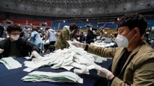 Kiểm phiếu bầu cử lập pháp tại Ủy ban Bầu cử Quốc gia, Seoul, Hàn Quốc, ngày 15/04/2020