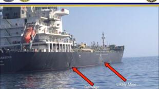 Một bức ảnh do Lầu Năm Góc công bố cho thấy dấu nổ (T) và dấu một quả mìn đặt trên vỏ tàu dầu Nhật M/V Kokuka Courageous ở Vịnh Oman. Ảnh ngày 13/06/2019.