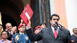 Le président Maduro, budget 2017 en main, le 14 octobre 2016 à Caracas.
