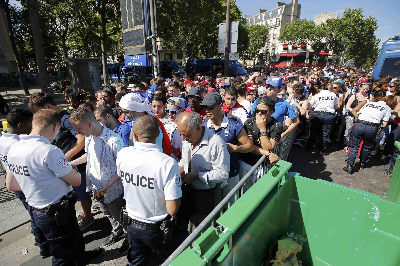 Fan zone sur le Champ-de-Mars à Paris lors de la finale France-Portugal, le 10 juillet 2016.