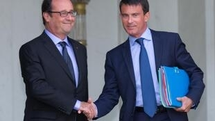 El presidente francés François Hollande y el primer ministro Manuel Valls salen del Consejo de Ministros en el Palacio del Elíseo, el 20 de agosto de 2014.