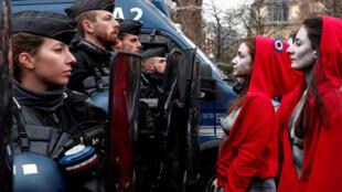 Пять Марианн во фригийских колпаках лицом к лицу с полицейскими