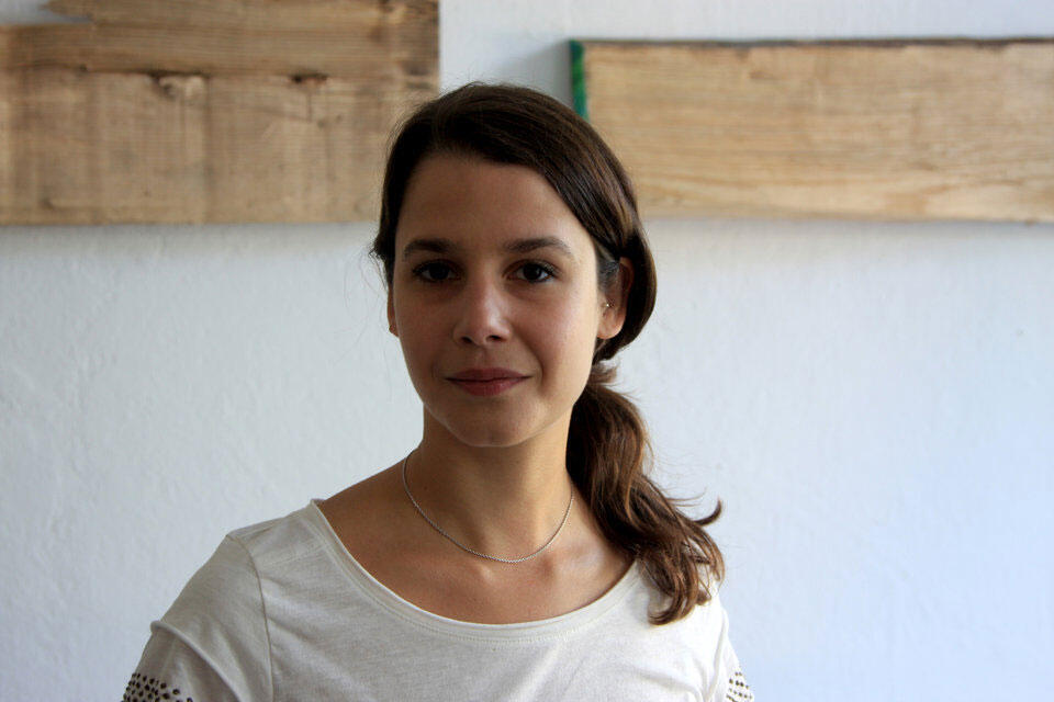 Mathilde Ramadier dénonce les méthodes de recrutement, l'infantilisation des employés, ou encore l'abolition de la frontière vie professionnelle/vie privée.