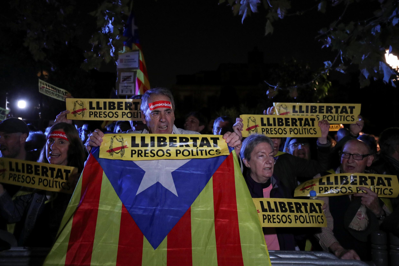 Манифестация в поддержку девяти членов отстраненного правительства Каталонии, Барселона, 2 ноября 2017.