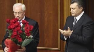 Mikola Azarov, le nouveau Premier ministre ukrainien, est félicité par le président Viktor Ianoukovitch, le 11 mars 2010.