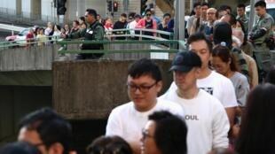 Longas filas de eleitores que votam este domingo em Hong Kong em eleições distritais