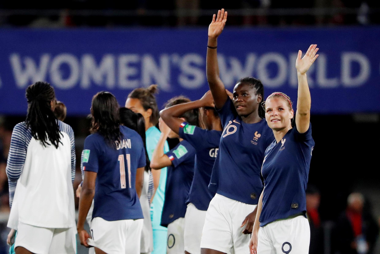 Cầu thủ nữ Eugénie Le Sommier (ngoài cùng bên phải) của đội Pháp sau trận thắng Nigeria ngày 17/06/2019.
