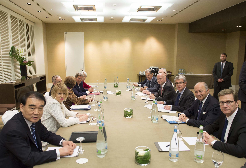 جلسه مشورتی وزرای امور خارجه گروه ١+٥ ، در سومین روز مذاکرات هستهای ایران در ژنو. ٩ نوامبر ٢٠١٣