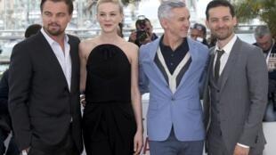 O diretor Baz Luhrmann (de paletó azul) com Leonardo DiCaprio (e), Carey Mulligan e Tobey Maguire (d), do elenco de O Grande Gatsby.