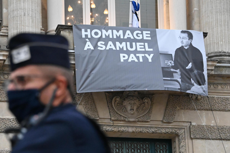 Homenaje al profesor asesinado Samuel Paty en la fachada de la opera de Montpellier (Francia) el 21 de octubre de 2020