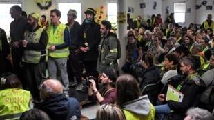 """""""Coletes amarelos"""" que se recusaram a participar da consulta do governo fizeram um debate paralelo no último sábado (5): a """"assembleia das assembleias""""."""